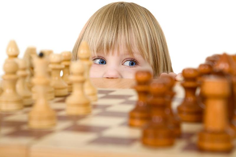 ребенок хочет играть в шахматы